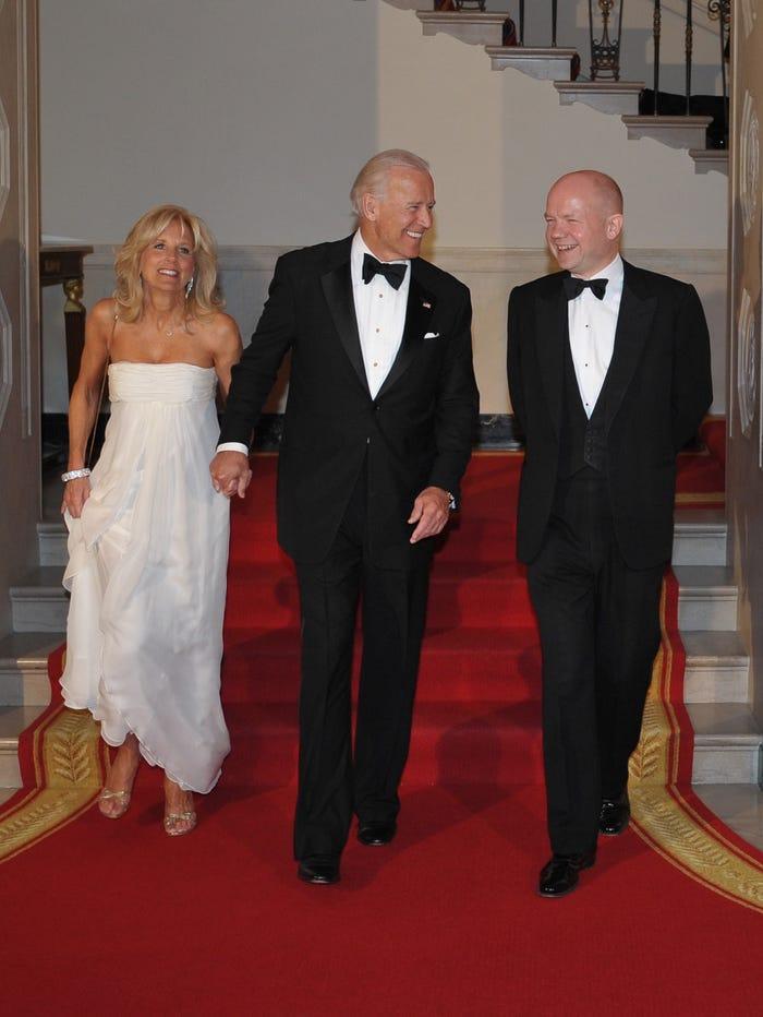 Năm 2012, Đệ Nhị phu nhân Hoa kỳ xuất hiện trong một bữa tiệc cao cấp tại Nhà Trắng với chiếc váy quây màu trắng
