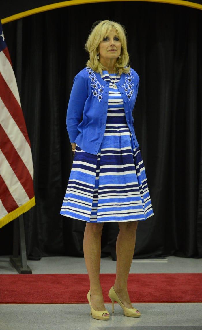Trong chuyến thăm Căn cứ Quân đội Hoa Kỳ Fort Campbell vào năm 2014, Biden kết hợp trang phục màu xanh với giày cao gót màu vàng.