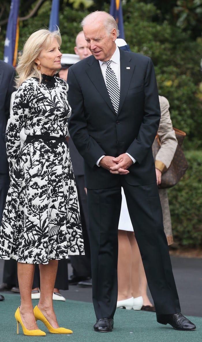Trong chuyến thăm cấp nhà nước vào năm 2015, Biden mặc một chiếc váy jacquard dệt kim đen trắng váy của Vivienne Tam, một nhà thiết kế sinh ra ở Hong Kong, sống tại thành phố New York. và giày cao gót sáng màu.