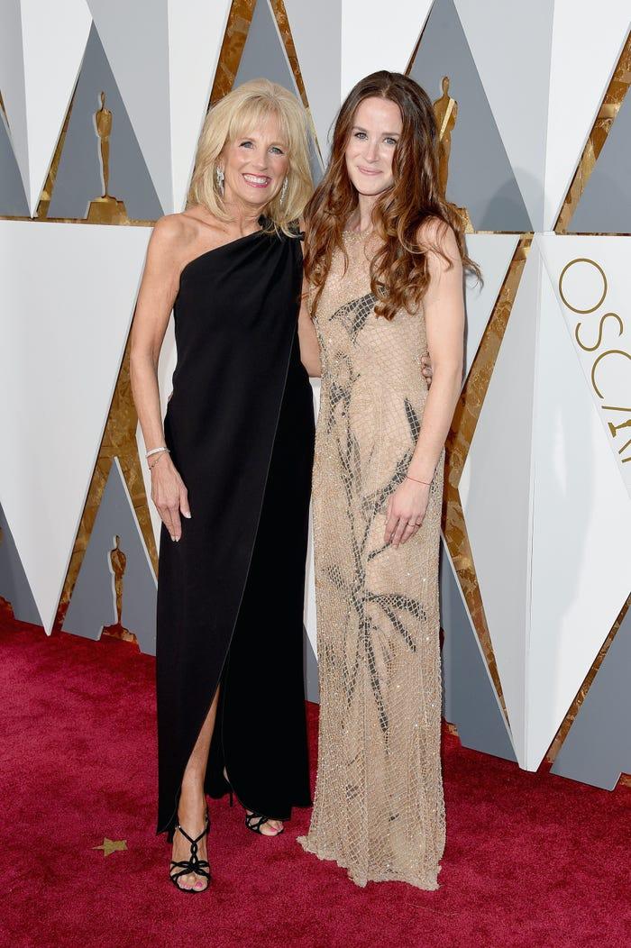 tại lễ trao giải Oscar 2016, bà Biden xuất hiện cùng con gái Ashley tại thảm đỏ sự kiện. Cả hai mẹ con đều tạo dấu ấn