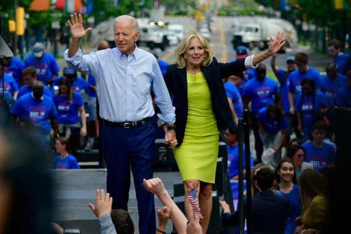 Để bắt đầu chiến dịch tranh cử tổng thống của Joe Biden vào năm 2019, đệ nhất phu nhân hiện đã mặc một chiếc váy xếp tầng.  Cô kết hợp váy với áo blazer đen