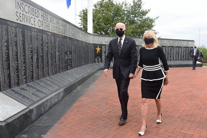 Năm 2020, khi tham gia lễ Tưởng niệm ở Delaware, bà Biden mặc một chiếc váy peplum với viền trắng quanh cổ áo, váy và tay áo kết hợp nó với giày cao gót của Carolina Herrera và đeo một chiếc mặt nạ màu đen phù hợp.