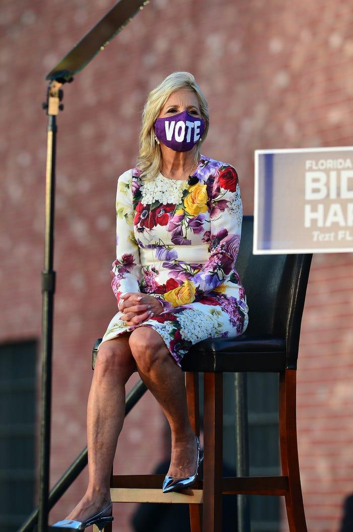 đến sự kiện vận động tranh cử ở Florida vào năm 2020, bà Biden thu hút sự chú ý với bộ váy hoa màu tím