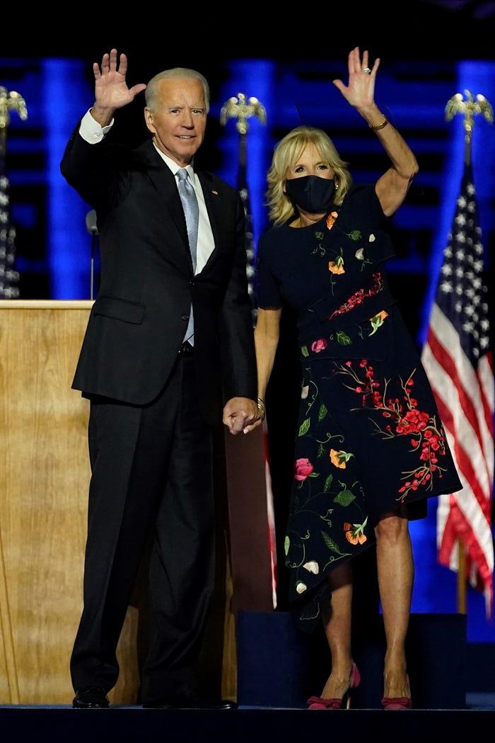 Khi Joe Biden phát biểu trước cả nước vào tháng 11/2020, bà Jill xuất hiện trong chiếc váy hoa của Oscar de la Renta có trị giá 5.690 USD (khoảng 132 triệu đồng). Ngay lập tức, thiết kế này đã được bán sạch chỉ tròng vài giờ sau khi bà Jill mặc.