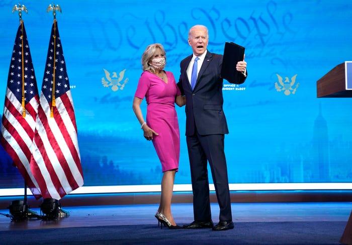 Vào tháng 12 năm 2020, Biden mặc một chiếc váy hồng rực rỡ để đứng cạnh chồng khi anh ấy có bài phát biểu về việc xác minh cuộc bỏ phiếu. Biden đi giày cao gót Dior và váy của Narciso Rodriguez.