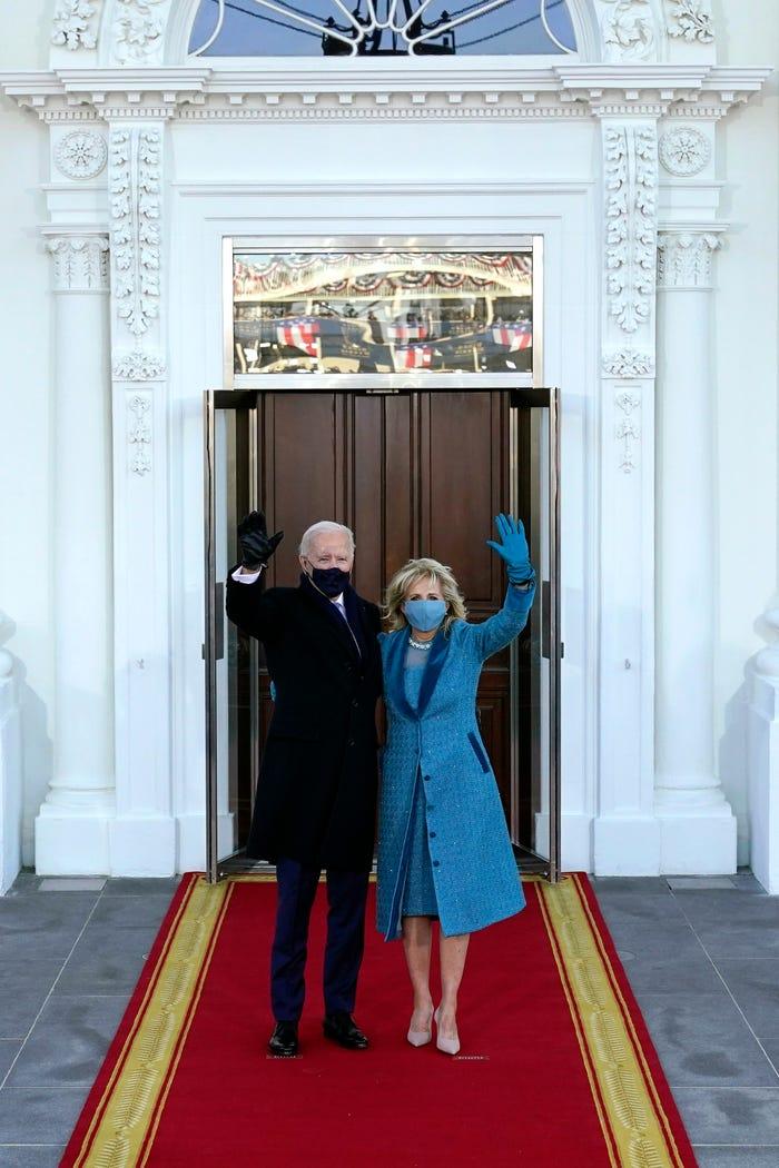 Tháng 1/2021, Biden tham dự lễ nhậm chức trong chiếc áo khoác và váy màu xanh đại dương. Mặt nạ lụa của cô phù hợp với ngoại hình của cô, được thiết kế bằng pha lê Swarovski và ngọc trai.