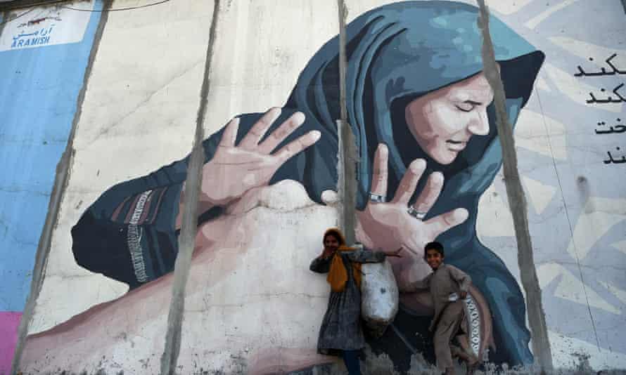 87% phụ nữ và trẻ em gái phải chịu đựng nạn bạo hành trong suốt cuộc đời mình - Ảnh: Wakil Kohsar/AFP/Getty