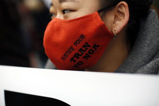 Một người tham gia tuần hành đeo khẩu trang thể hiện thông điệp: Công lý cho Trần Tố Nga