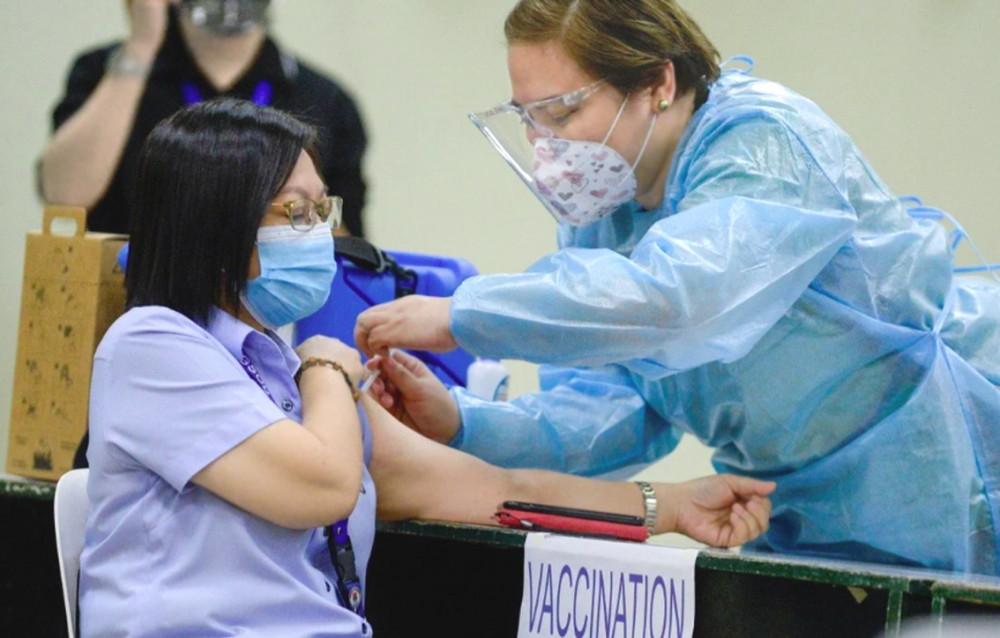 Một nhân viên y tế tiêm vắc-xin ở Manila, Philippines - Ảnh: Reuters