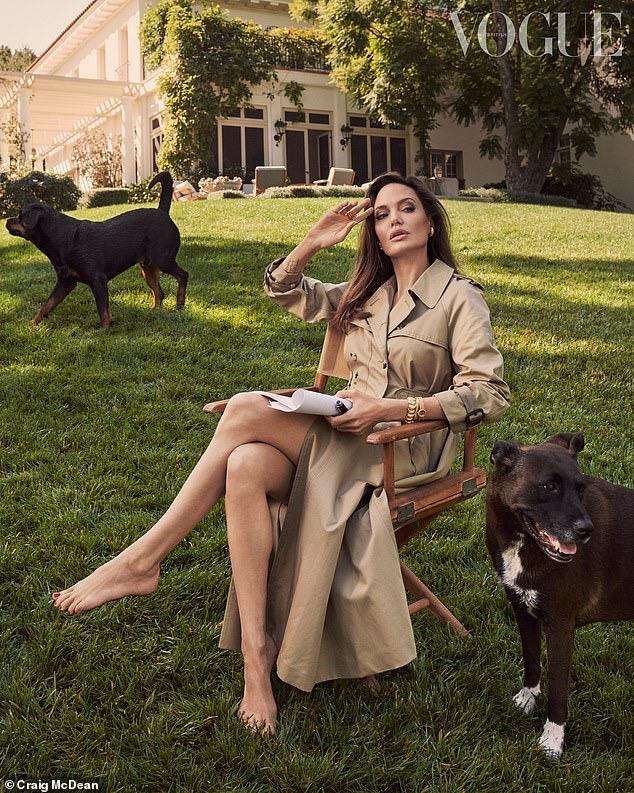 Angelina Jolie là nhân vật lên bìa tạp chí Vogue tháng 3/2021.