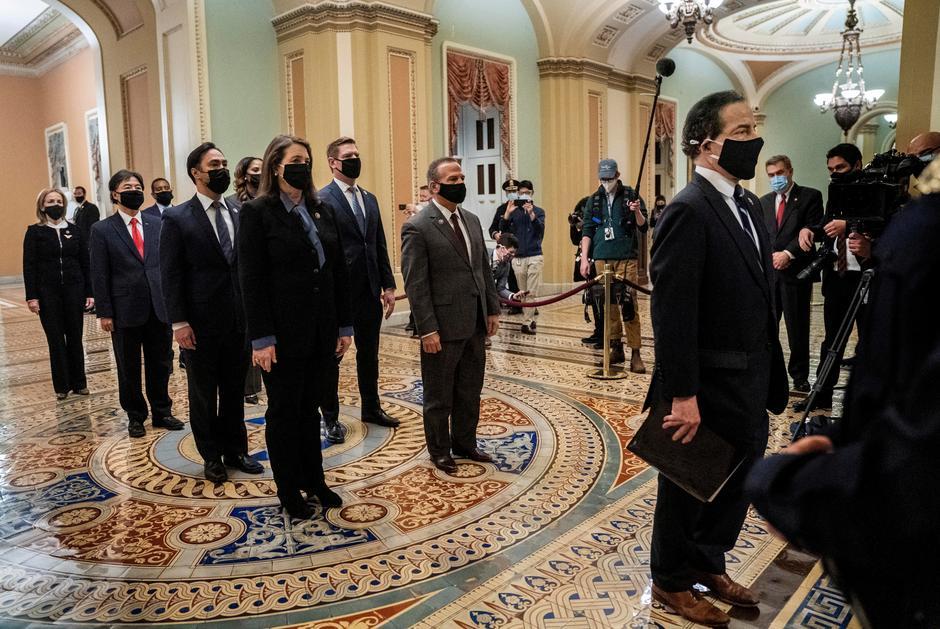 Các luật sư của ông Trump thách thức tính hợp pháp của phiên tòa luận tội hậu nhiệm kỳ tổng thống. Chín dân biểu Dân chủ tham gia vào quá trình luận tội cựu Tổng thống Trump trình báo cáo luận tội lên Thượng viện Mỹ hôm 25/1/2021 - Ảnh: Reuters