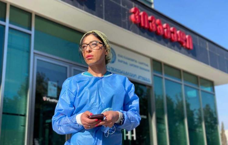 Gabriela Romanova bên ngoài bệnh viện nơi cô làm việc
