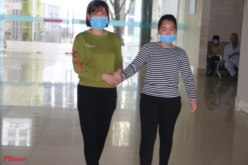 Mẹ con Bệnh nhân Đặng Thị Phương Th. vui mừng trước giờ ra viện