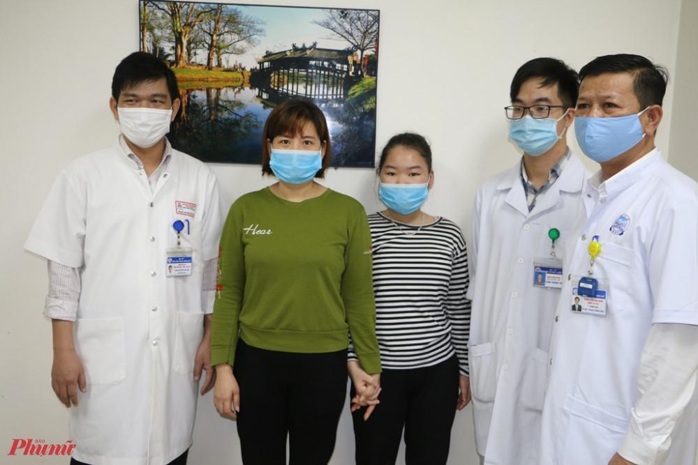 Các bác sĩ điều trị chụp hình kỷ niệm với cháu Đặng Thị Phương Th.