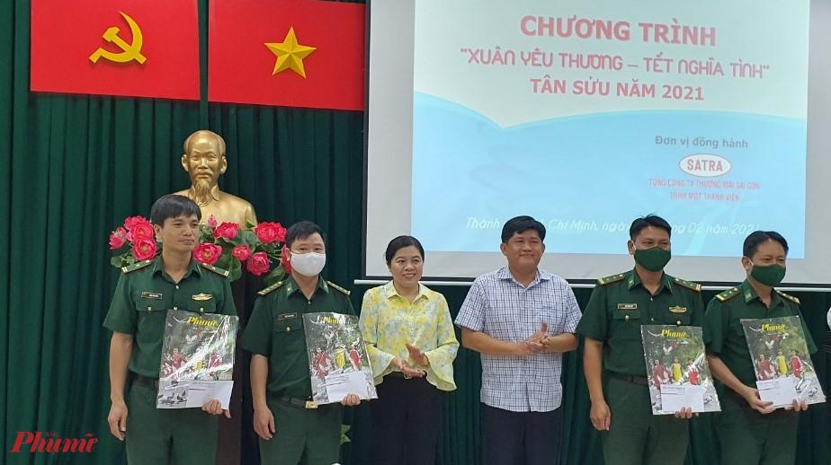 Bà Nguyễn Trần Phượng Trân – Chủ tịch Hội LHPN TPHCM tặng quà đến cán bộ chiến sĩ tham gia công tác phòng, chống dịch