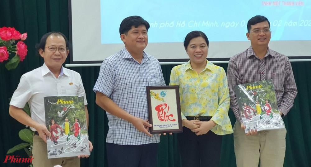 Bà Nguyễn Trần Phượng Trân – Chủ tịch Hội LHPN TPHCM tặng quà tri ân và Báo Xuân Phụ nữ 2021 đến đơn vị doanh nghiệp Satra