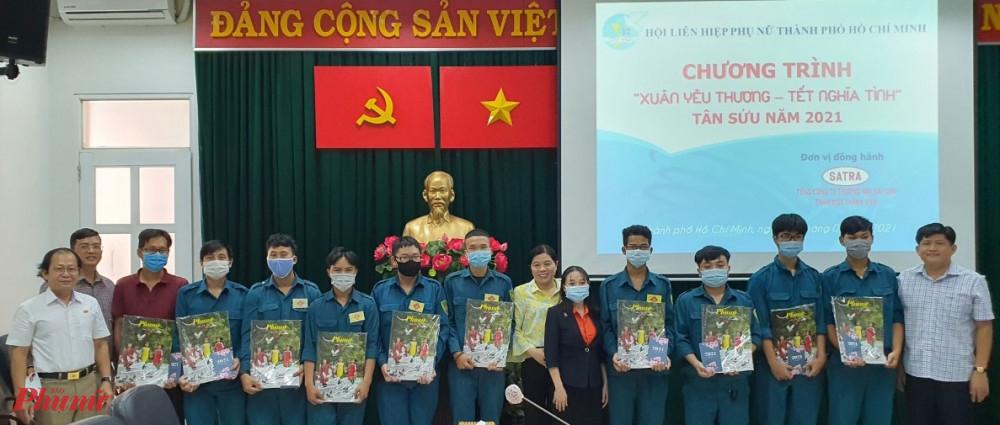 Những phần quà tết gửi đến chiến sĩ dân quân Ban chỉ huy quân sự phường Võ Thị Sáu, quận 3