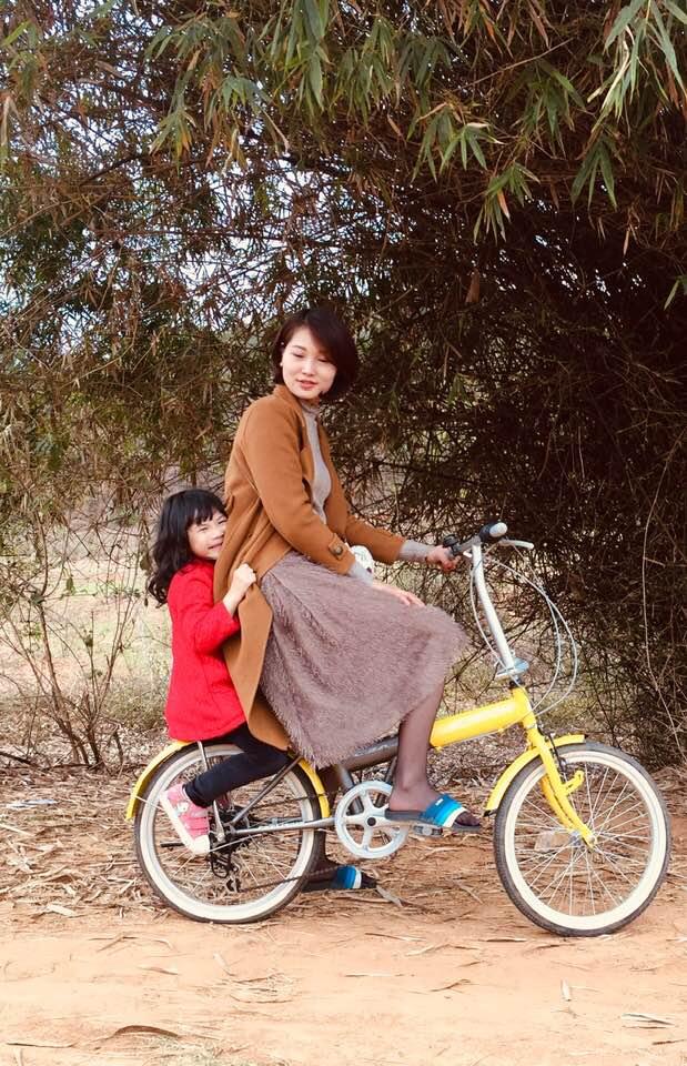 Chị Trang và con gái tận hưởng không khí vùng quê