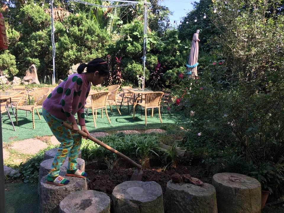 Anh Thắng làm vườn và dạy con gái làm vườn