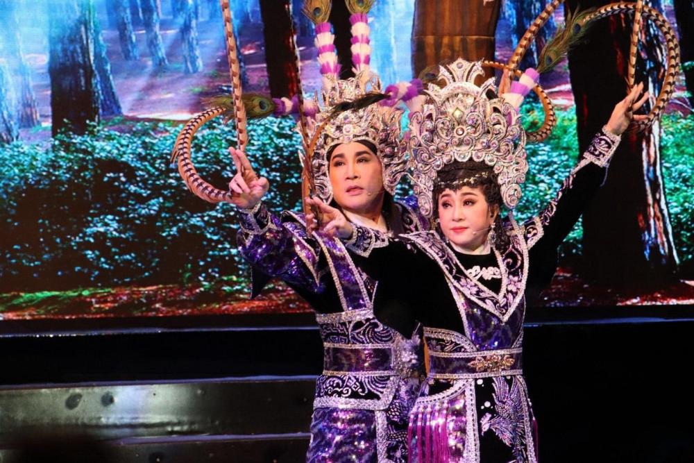 NSƯT Thoại Mỹ và NSƯT Kim Tử Long trong đêm diễn vào tối 9/1 vừa qua