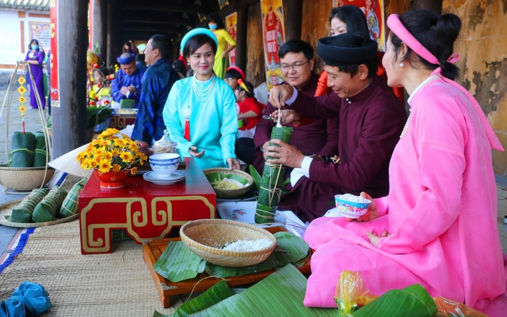 Hoàng tử Lang Liêu đã dâng hai loại bánh chưng, bánh dày với biểu tượng trời tròn đất vuông được chế biến từ gạo nếp