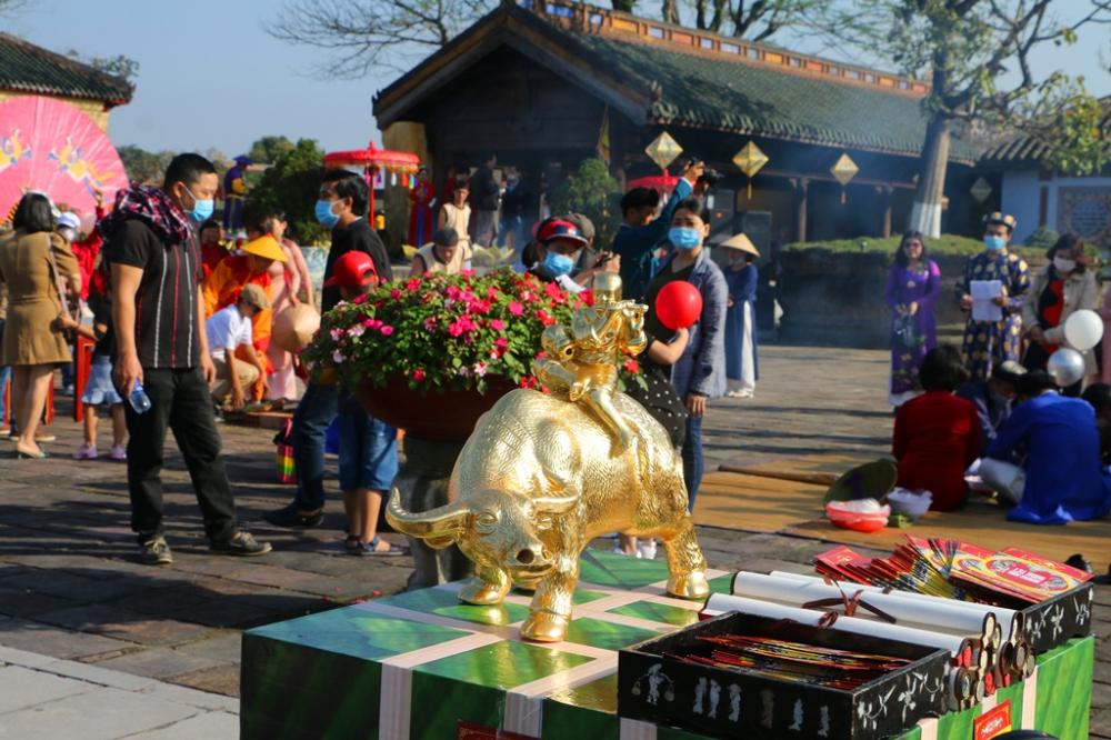 Vào thời Nguyễn, Tết trong Hoàng cung Huế được tổ chức rất long trọng. Từ lễ Ban sóc trong ngày đầu tiên của tháng Chạp, đến lễ Hạ tiêu trong ngày mồng Bảy tháng Giêng