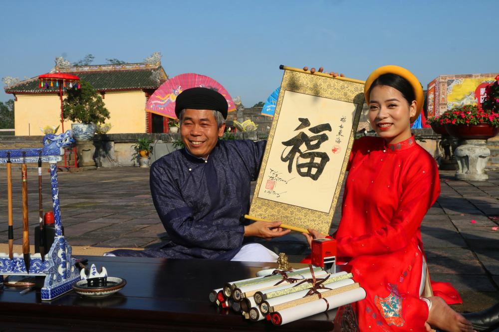 Một 'thầy đồ' sẵn sàng cho chữ ngày Tết ngay trong Hoàng cung.