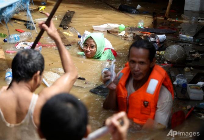Người dân Jakarta ngâm mình trong nước lũ vào tháng 1/2021