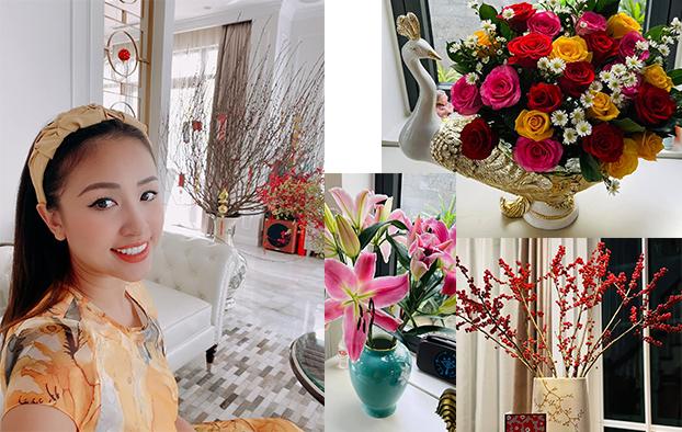 MC Vân Hugo khoe góc nhà với sắc đào rực rỡ. Ngoài tậu cành đào lớn chơi tết, Vân Hugo còn mua hoa về cắm tại nhiều khu vực khác trong ngôi nhà nhỏ xinh của mình.