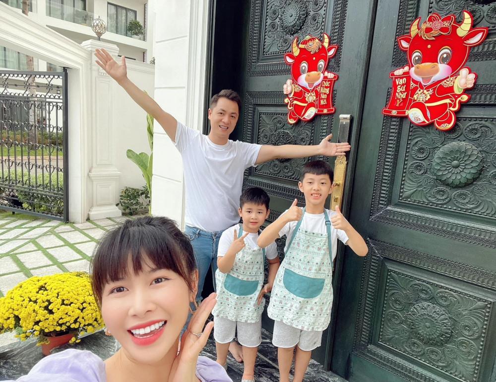 Ca sĩ Đăng Khôi cùng vợ và 2 nhóc tì tự tay trang trí nhà cửa.