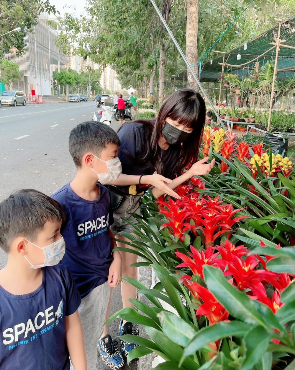 Đi chợ hoa cùng các con