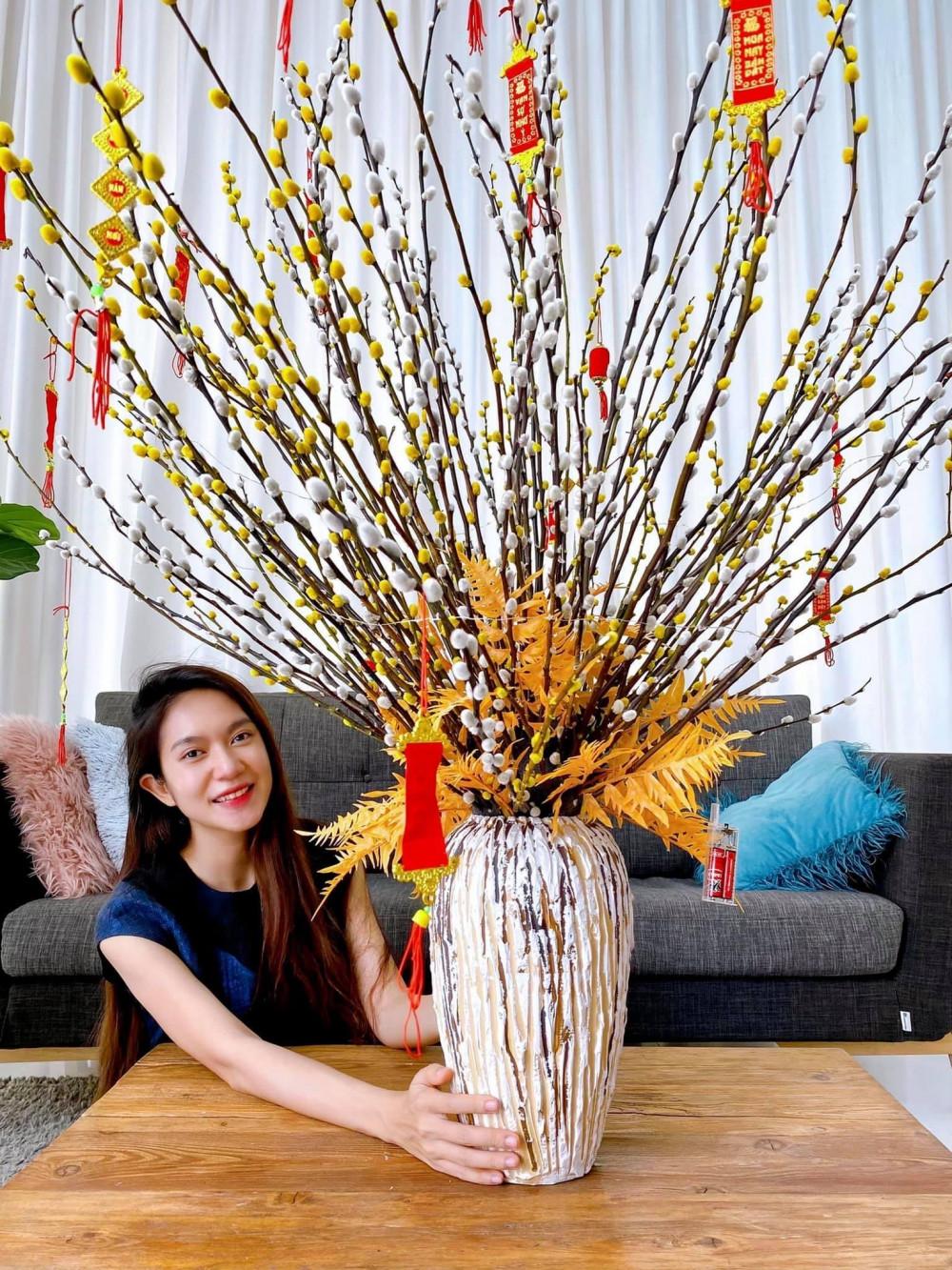 Nhà sản xuất Minh Hà, bà xã Lý Hải cũng kịp mua chậu hoa đặt giữa phòng khách cầu mong năm mới phát tài, bình an.
