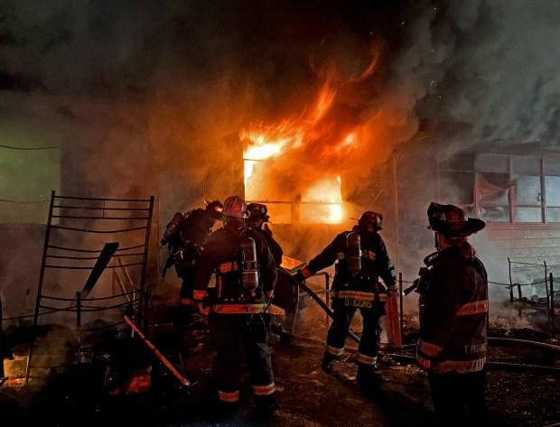 Các nhân viên cứu hỏa chiến đấu với ngọn lửa hỏa hoạn tại Trung tâm Cộng đồng người Mỹ gốc Việt ở East Bay hôm 6/2 - Ảnh: Sở cứu hỏa Oakland