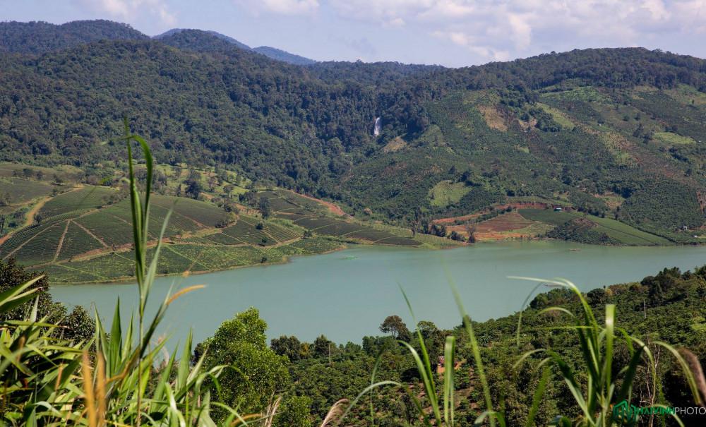 Bức tranh thiên nhiên tuyệt đẹp trên cung đường khám phá thác Triệu Hải.
