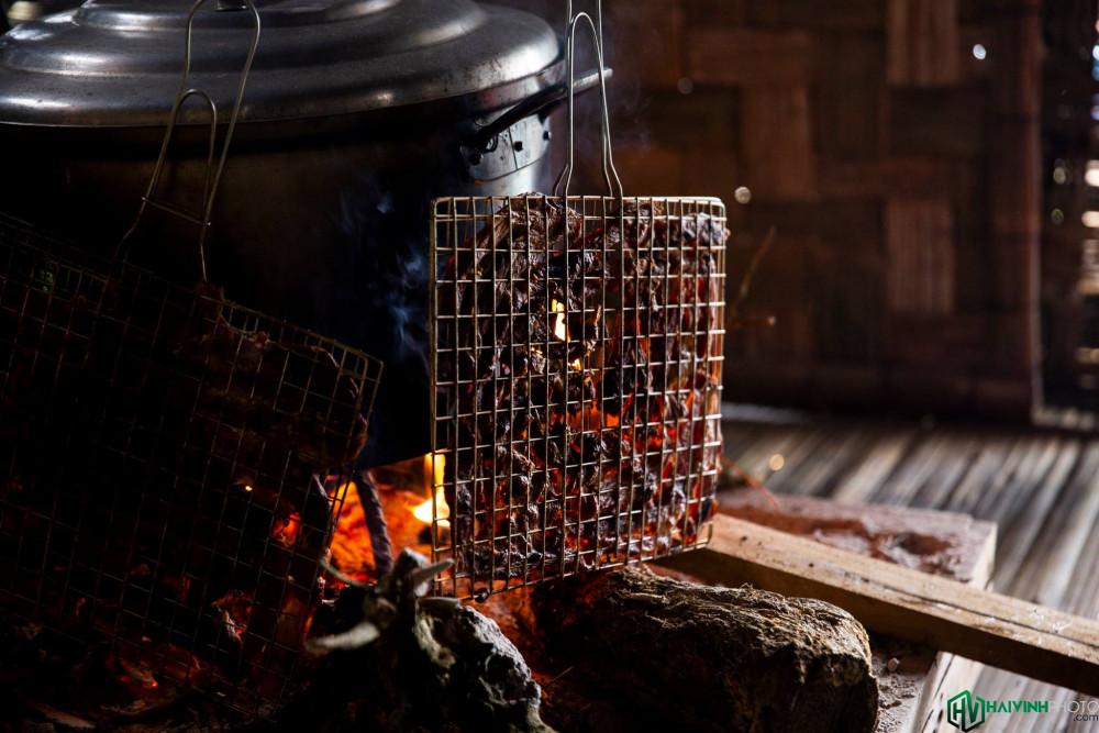 Trong không khí mát lạnh bên thác nước, món thịt heo rừng nướng càng đậm đà.