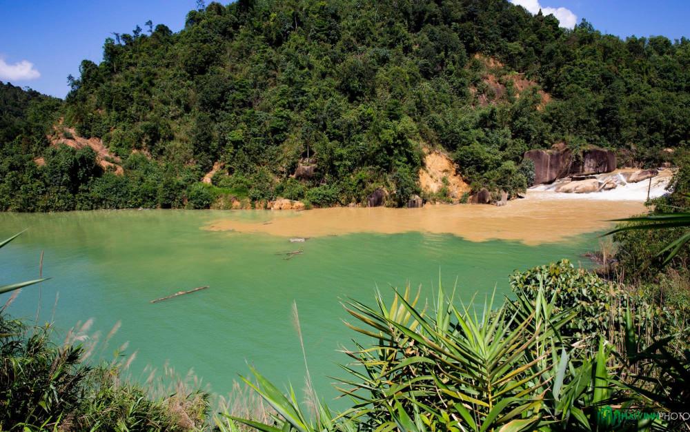 Quanh thủy điện Đạ'M Bri có khá nhiều ngọn thác nhỏ, tuyệt đẹp.