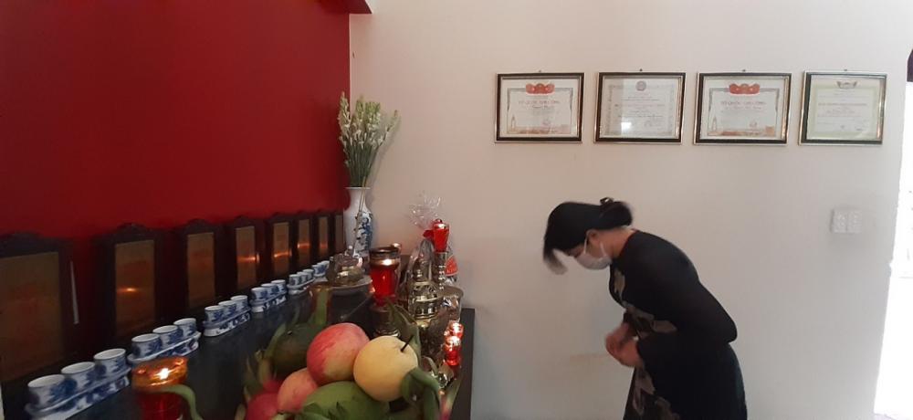 Bà Nguyễn Trần Phượng Trân nghiêng mình trước anh linh những người liệt sĩ anh hùng