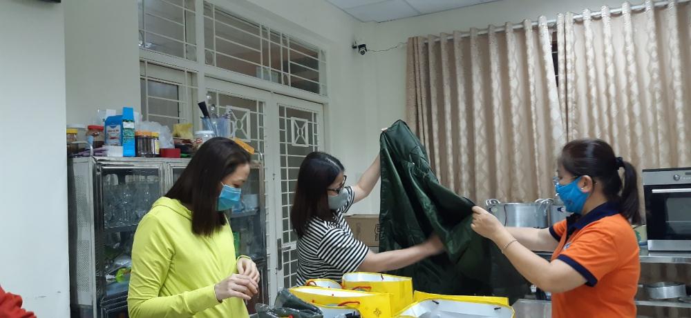 Theo chị Nguyễn Thị Lan- Chủ tịch Hội LHPN Q. Gò Vấp, mỗi phần quà trị giá hơn 600 ngàn đồng thôi nhưng là tấm lòng của Hội cùng các nhà hảo tâm gửi đến công nhân vệ sinh.