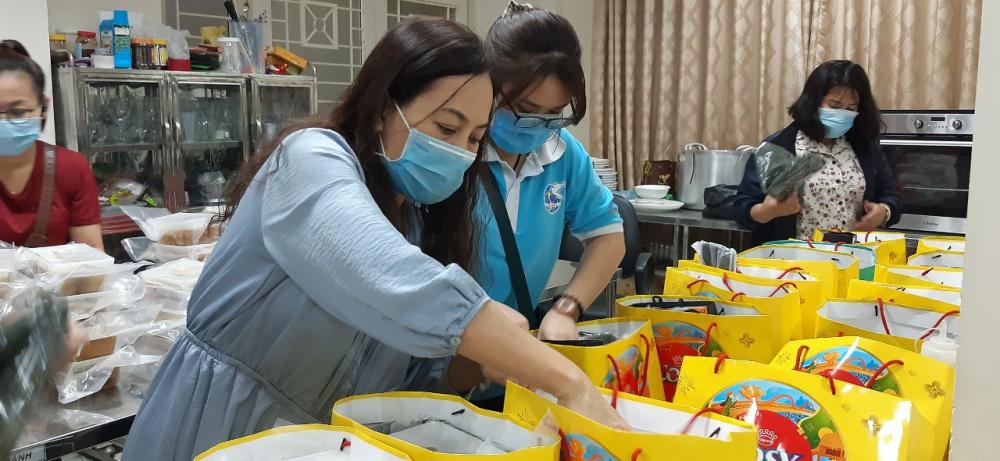 Từ 20g đêm hôm ấy, các chị đã cùng về trụ sở Quận Hội hối hả chuẩn bị các túi quà