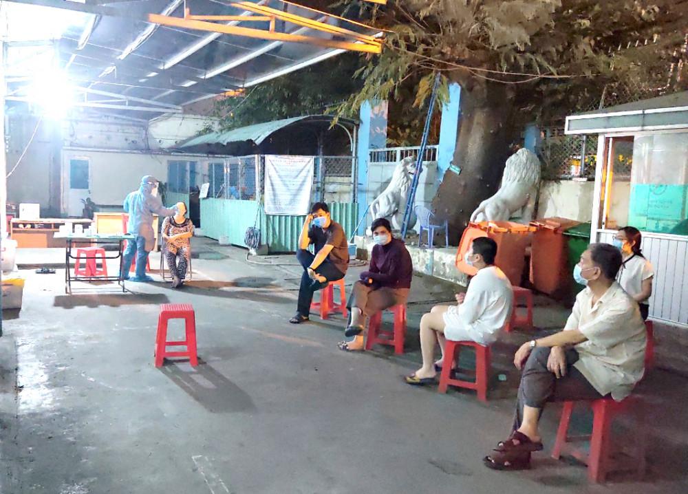 Lấy mẫu xét nghiệm cho nhân viên sân bay Tân Sơn Nhất tối 7/2/2021