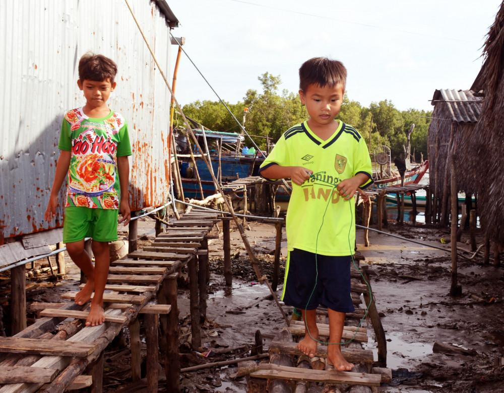 """Nằm cách biệt với các khu dân cư khác khiến trẻ em """"xóm đảo"""" thiếu thốn đủ điều"""