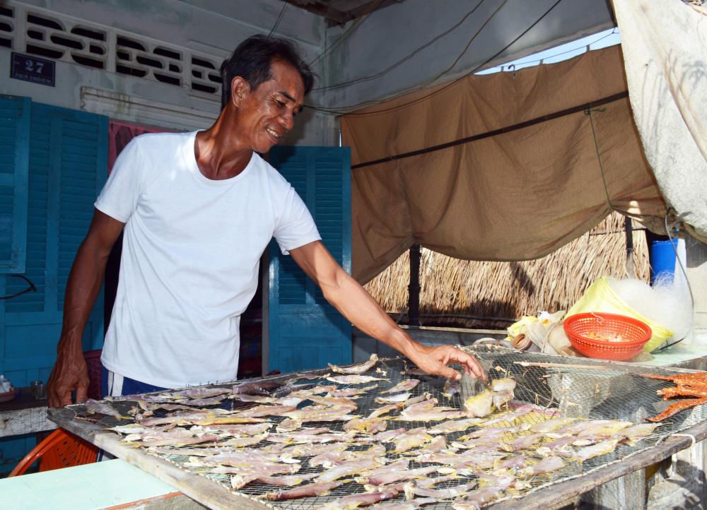 """Đánh bắt thủy sản gần bờ là nghề chính của người dân """"xóm đảo"""""""