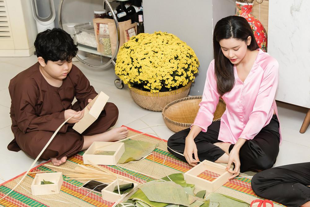 Để giúp con có những trải nghiệm văn hóa gắn liền với ngày Tết cổ truyền của Việt Nam, Trương Quỳnh Anh đã dẫn con trai Sushi đi gói bánh chưng. Nữ ca sĩ chia sẻ dù lần đầu gói nhưng Sushi rất thích thú và liên tục chạy lăng xăng để tìm nguyên vật liệu phụ giúp mẹ và các cô gói bánh.