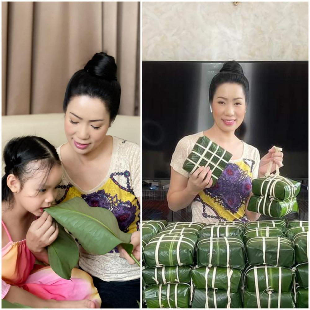 Chỉ còn vài ngày nữa là đến Tết Nguyên đán 2021, NSƯT Trịnh Kim Chi cùng các con lại tất bật gói bánh chưng biếu gia đình và bạn bè. Năm nào cũng vậy, dù bận rộn với công việc nhưng nữ nghệ sĩ vẫn luôn cố gắng thu xếp thời gian duy trì nét đẹp truyền thống ngày Tết. Những chiếc bánh vuống vức do chính nữ nghệ sĩ gói nhận được nhiều lời khen của khán giả.