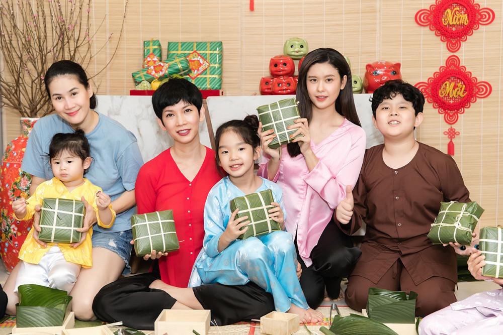 Bên cạnh Trương Quỳnh Anh, buổi gói bánh chưng lần này còn có sự tham gia của mẹ con siêu mẫu Xuân Lan và diễn viên Thân Thúy Hà. Các bà mẹ tận tình chỉ bảo các con cách bỏ nguyên liệu, buộc lạt…