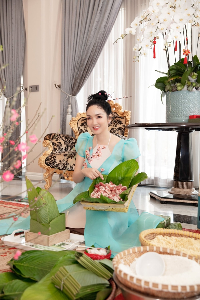 Hoa hậu Giáng My dậy sớm, chuẩn bị gạo nếp, đỗ ngâm để tự tay gói bánh, ôn lại kỷ niệm thời thơ ấu.