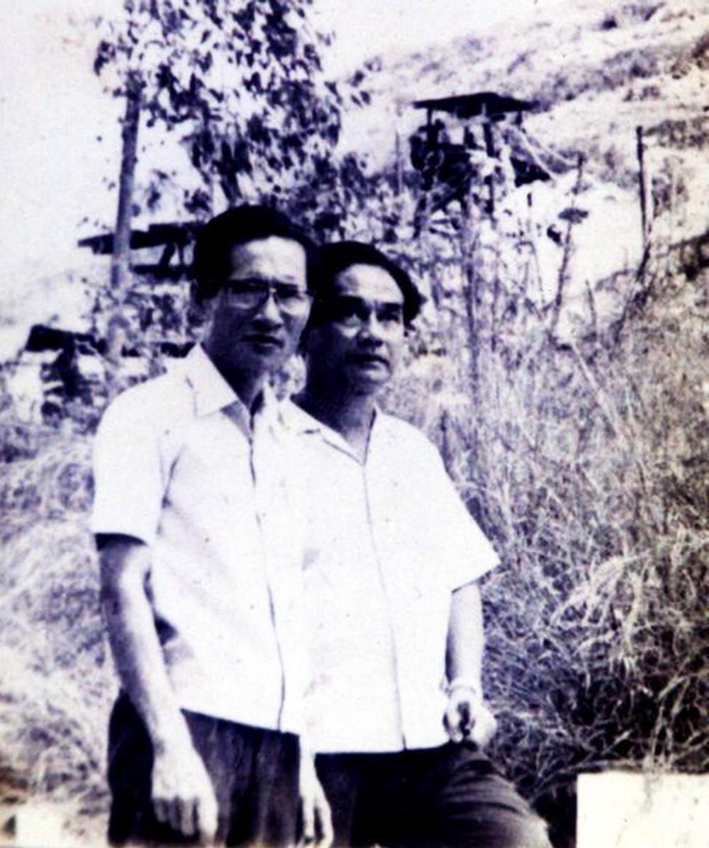 Nhà thơ Xuân Diệu (bên phải) và bác sĩ Trà Văn Tri tại TP Qui Nhơn năm 1982