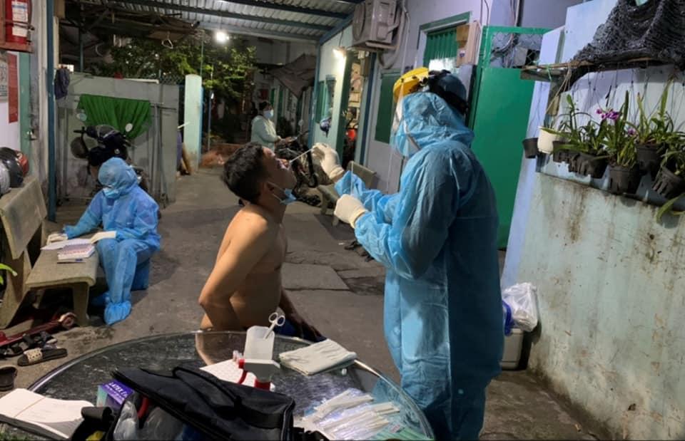 Lấy mẫu xét nghiệm COVID-19 tại quận Tân Bình