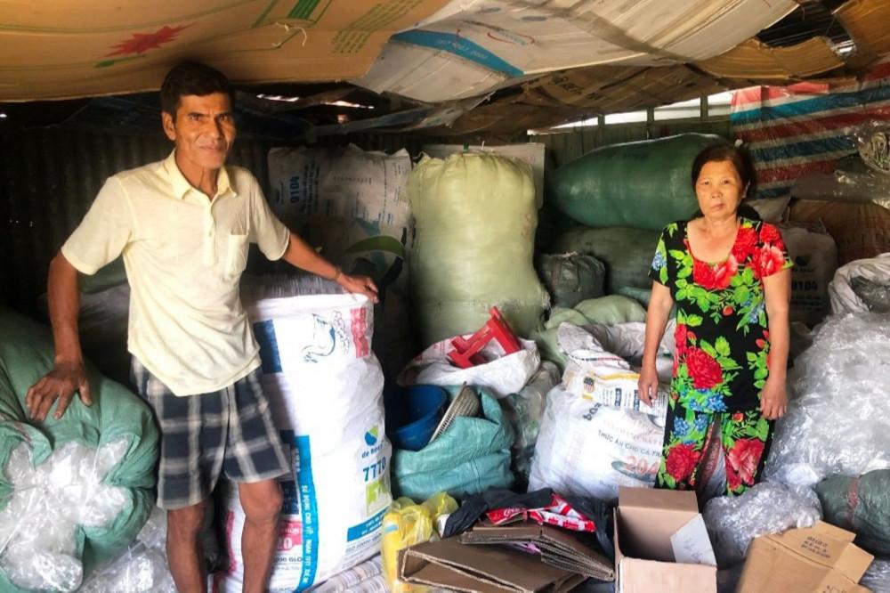 Vợ chồng nhặt ve chai bên đống gia tài của mình