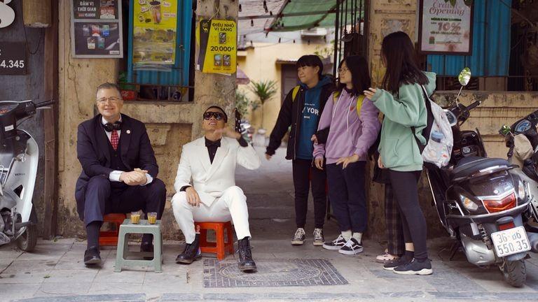 Đại sứ Mỹ cùng rapper Việt Wowy uống cà phê ở phố cổ Hà Nội - Ảnh cắt từ clip